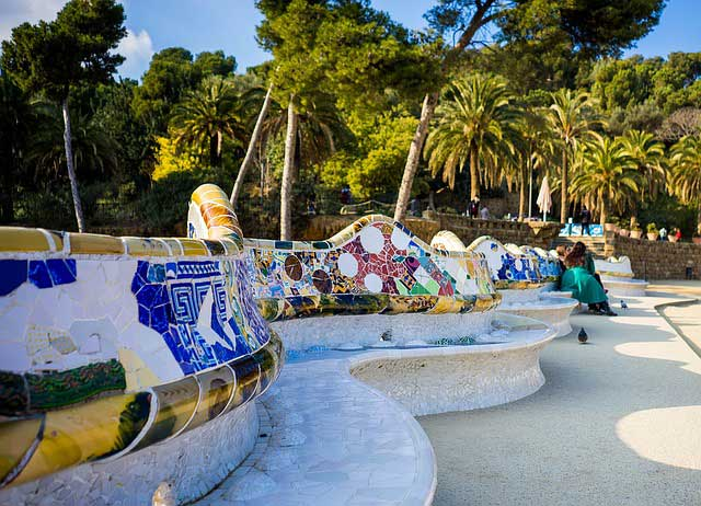 Парк Гуэля в Барселоне - извилистая скамейка
