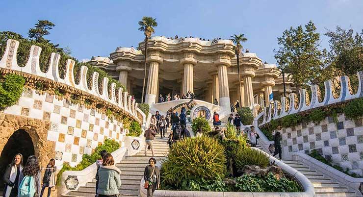 Парк Гуэль в Барселоне: лестница в зал 100 колонн