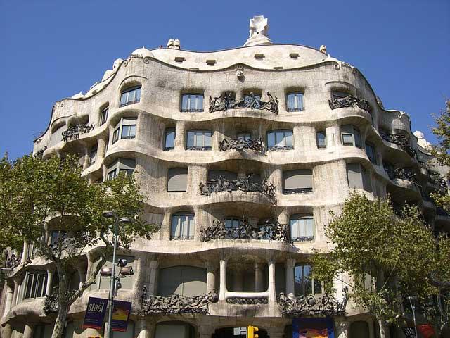 Дом Мила, Барселона - достопримечательности Испании, Гауди